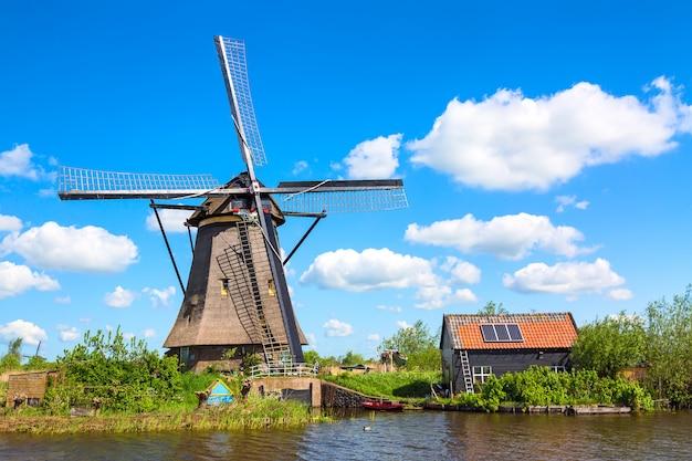 オランダの有名な風車。オランダ、ヨーロッパのカラフルな春の田園風景。