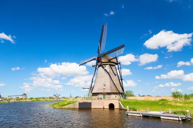 オランダのキンデルダイク村の有名な風車