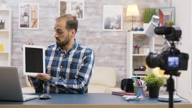 태블릿의 유명한 젊은 인플루언서 촬영 리뷰. 크리에이티브 콘텐츠 크리에이터.