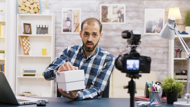 휴대전화 개봉기를 녹음하는 유명한 젊은 인플루언서. 크리에이티브 콘텐츠 크리에이터.