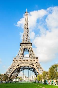 晴れた日の有名なエッフェル塔、パリ、フランス