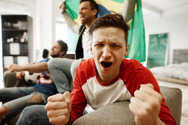 Il fan è deluso dalla partita di calcio