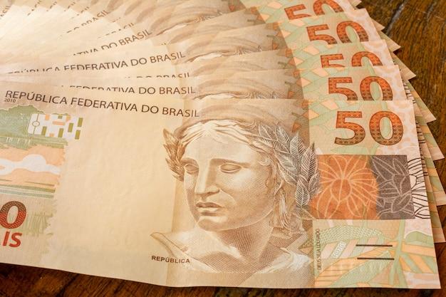 テーブルの上の扇形のブラジルのお金