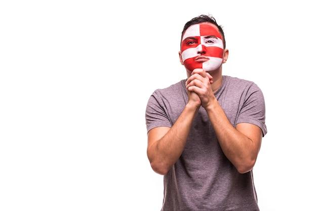 Il supporto dei fan della nazionale croata prega con la faccia dipinta isolata su priorità bassa bianca