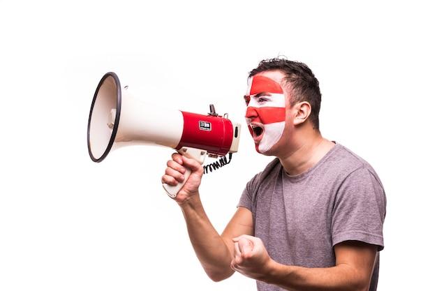 Supporto dei tifosi della nazionale croata con faccia dipinta gridare con altoparlante isolato su sfondo bianco