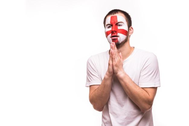 Il supporto dei fan della squadra nazionale inglese prega con la faccia dipinta isolata su priorità bassa bianca