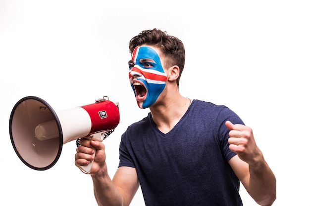 Поддержка болельщиков сборной исландии с раскрашенным лицом кричит с громкоговорителем, изолированным на белом фоне