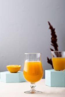 オレンジジュースと派手なガラス