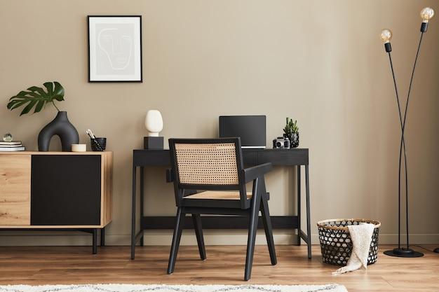 Необычный дизайн интерьера домашнего офиса со стильным стулом, столом, комодом, черной рамой, ноутбуком, книгой, настольным органайзером и элегантными личными аксессуарами в домашнем декоре.