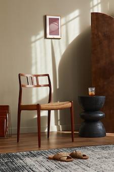 세련된 가정 장식의 디자인 등나무 의자, 나무 방 스크린, 베개, 액자, 검은색 의자 및 우아한 개인 액세서리가 있는 거실의 멋진 인테리어. 주형.