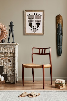 세련된 가정 장식의 프레임, 디자인 안락 의자, 선반, 장식, 카펫 및 우아한 개인 액세서리가있는 거실의 멋진 지중해 인테리어 ..
