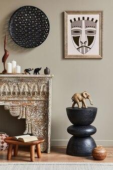 세련된 가정 장식에 프레임, 디자인 의자, 장식 및 우아한 개인 액세서리가있는 거실의 멋진 지중해 인테리어 ..