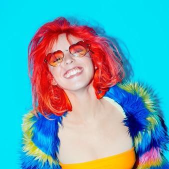 派手なパーティー。赤い髪の幸せな女の子。特別に