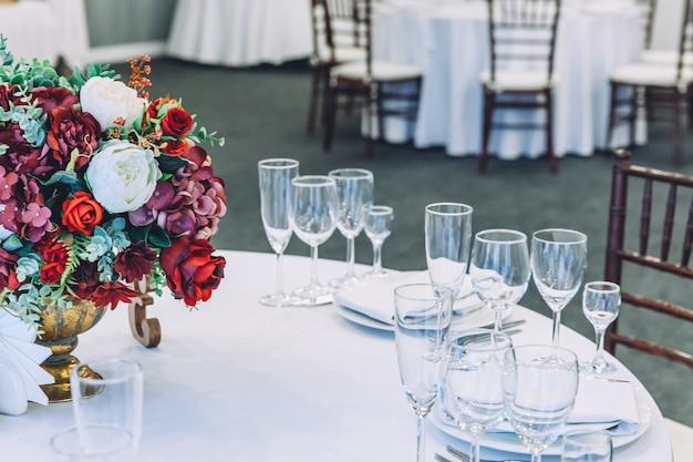 レストラン、豪華なインテリアの花の構成とディナーのための豪華なテーブルセット