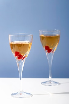 飲み物と派手な背の高いグラス