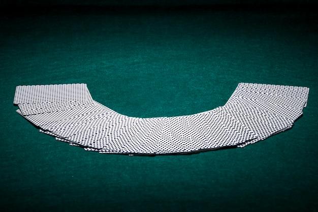 카지노에서 카드 놀이의 부채꼴 된 갑판