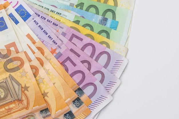 白い背景で隔離の扇形のユーロ紙幣