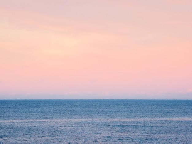 幻想的な北極紫の夜のミニマルな海の景色