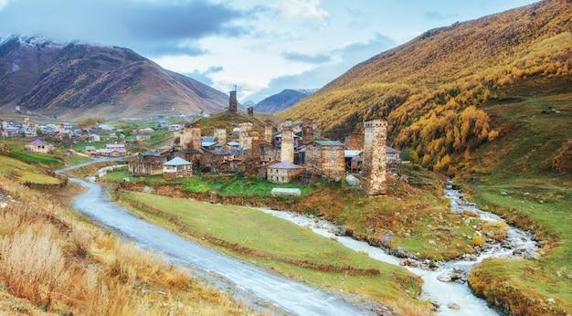 Фантастическая красота города между горами в грузии европа