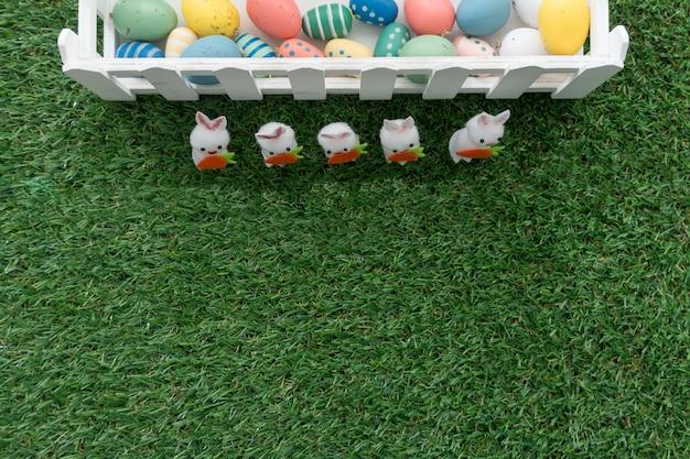 부활절 날 색 계란과 토끼와 환상적인 구성