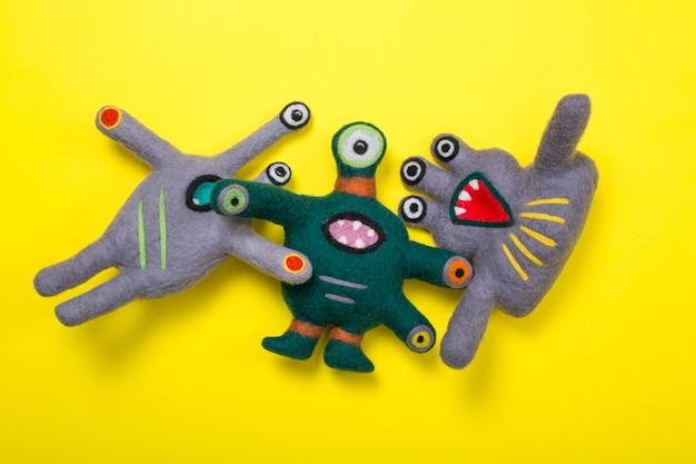 Мягкая игрушка фантастическое существо из натуральной шерсти на желтом