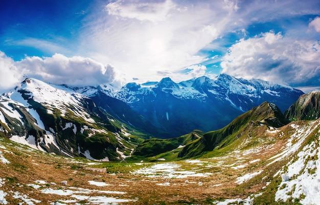 환상적인 풍경 거의 눈 덮인 산