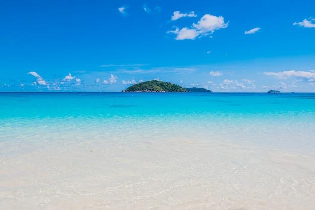 Paesaggio fantastico con un'isola