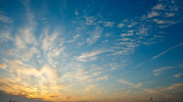 푸른 하늘, 일출에 환상적인 빛 흰 구름