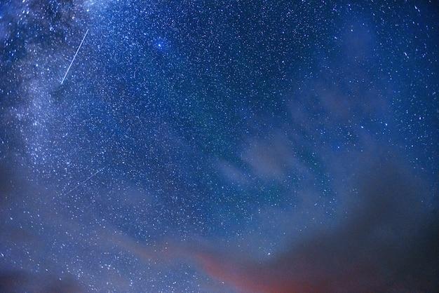 Фантастический метеоритный дождь и заснеженные горы