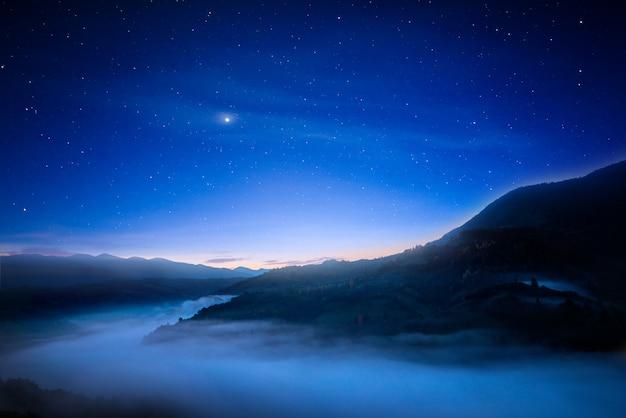 산 위에 환상적인 밤 하늘입니다.