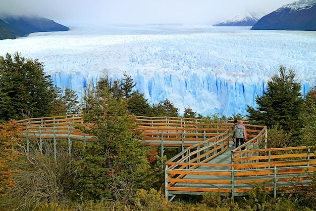 アルゼンチン、パタゴニア、エルカラファテ、ロスグラシアレス国立公園のビューイングテラスにほとんど訪問者がいないペリトモレノ氷河の素晴らしいパノラマビュー