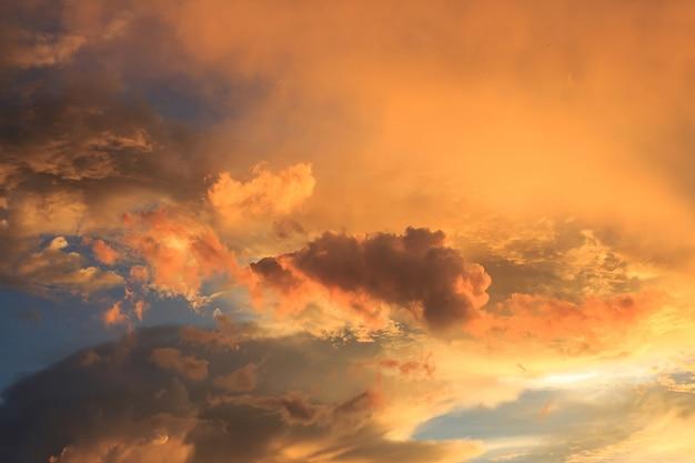 素晴らしい赤い夕日と暗い不気味な雲