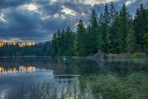 素晴らしいshtrbskeplesoハイタトラ。スロバキアヨーロッパ。夕暮れ時に湖。