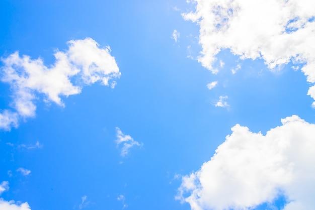 Фантастическое небо с белыми облаками