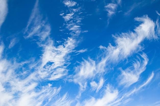 青い空を背景にした幻想的な柔らかな白い雲