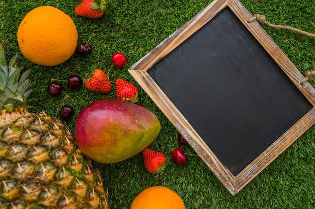 空白のスレートと果物と素晴らしい夏の組成