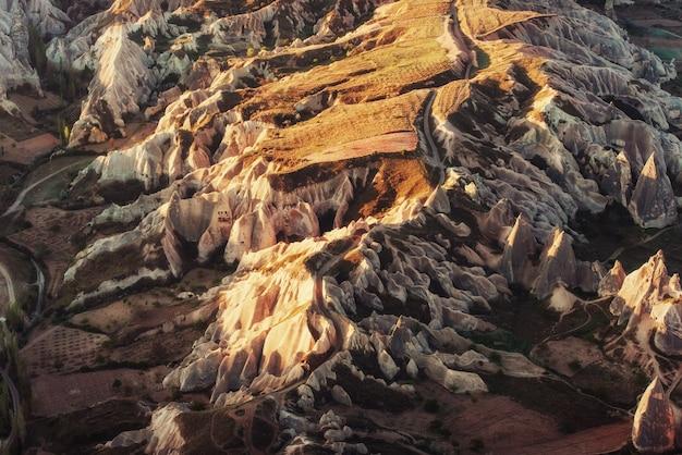 Фантастический восход солнца над красной долиной в каппадокии, анатолия, t