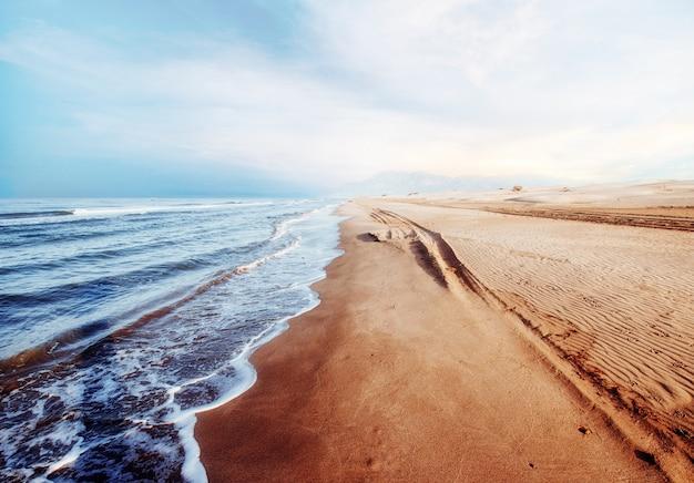 Фантастический закат на пляже. красивый пейзаж