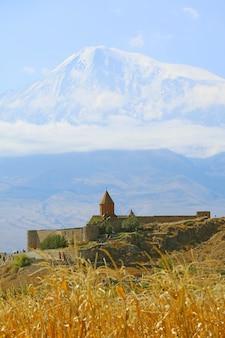 Фантастический вид на монастырь хор вирап с заснеженной горой арарат арташат армения