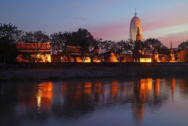 日没後のライトアップワットプッタイサワン古代寺院の素晴らしい景色、アユタヤ歴史公園、タイ