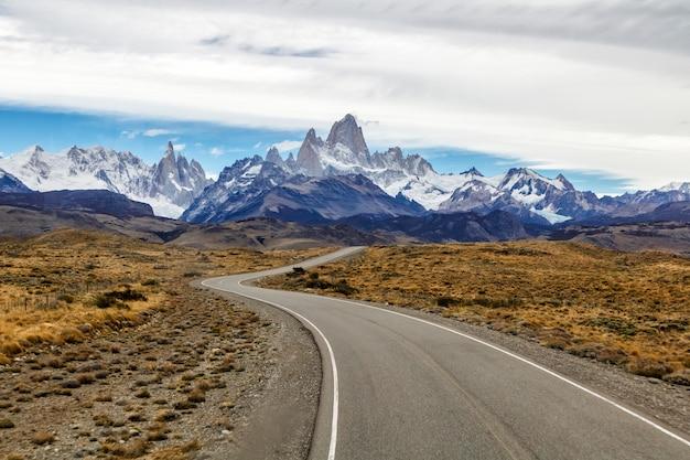 Фантастический вид на гору фитц рой и серро торре в осенний день, эль-чалтен, аргентина.