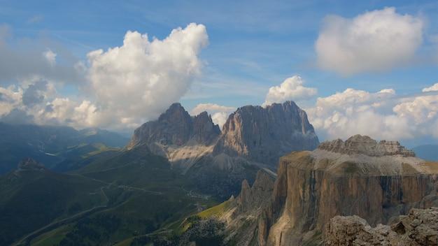 Фантастический вид на горы и бегущие облака