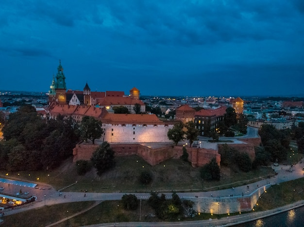 夜のクラクフの素晴らしい景色。ヨーロッパ、ポーランド、クラクフの高い空中地点から見た王立ヴァヴェル城