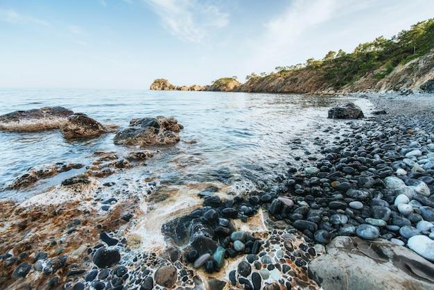 Фантастический вид на скалистый берег и волны