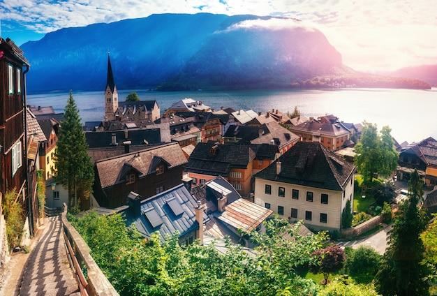 ハルシュタット山脈の間の町の素晴らしい景色。オーストリア