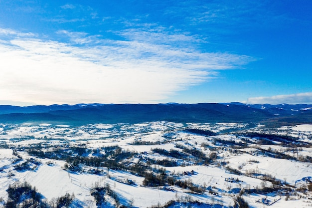 幻想的な冬の風景。劇的な曇り空。創造的なコラージュ。美の世界