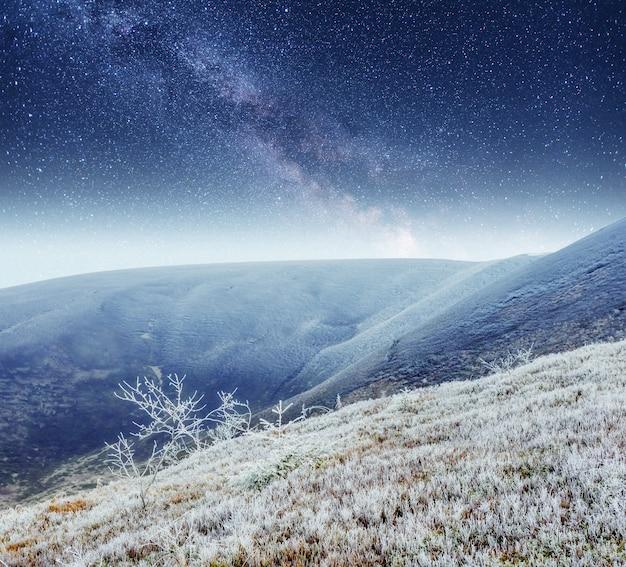환상적인 겨울 유성우와 눈 덮인 산