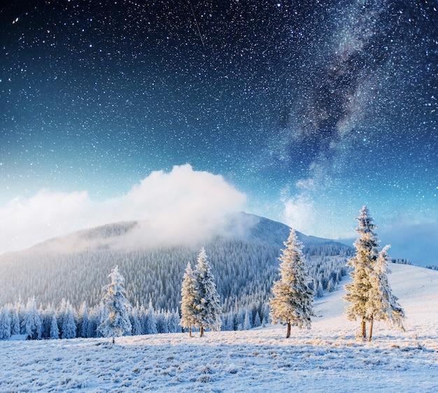 Фантастический зимний метеоритный дождь и заснеженные горы