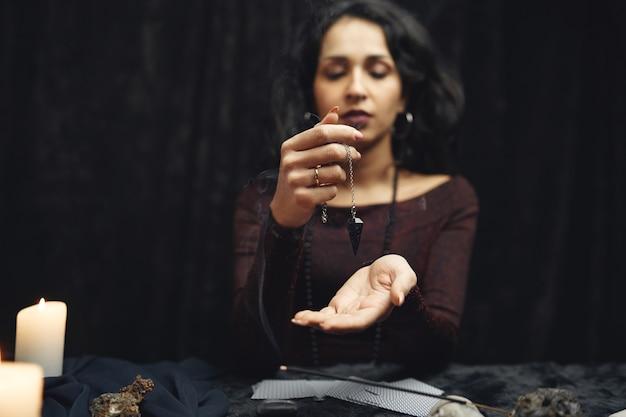 판타지 아름다운 집시 소녀. 마법의 타로 카드에 미래를 읽는 점쟁이 여자.