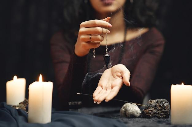 Фэнтези красивая цыганка. гадалка женщина читает будущее на волшебных картах таро.